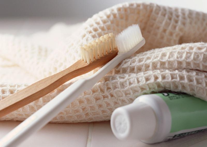 Две зубные щётки, паста и полотенце