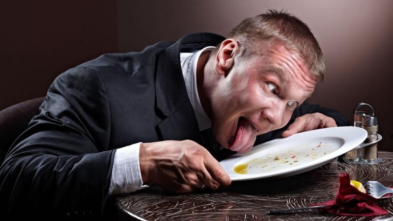 10 вещей, которые нельзя делать в гостях, чтобы не ставить хозяйку в неловкое положение