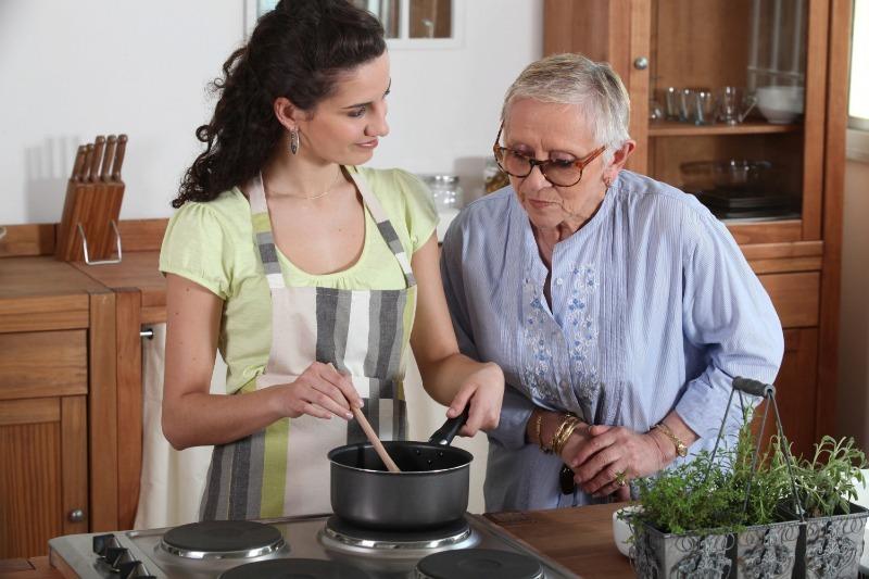 Бабушка смотрит, как готовит внучка