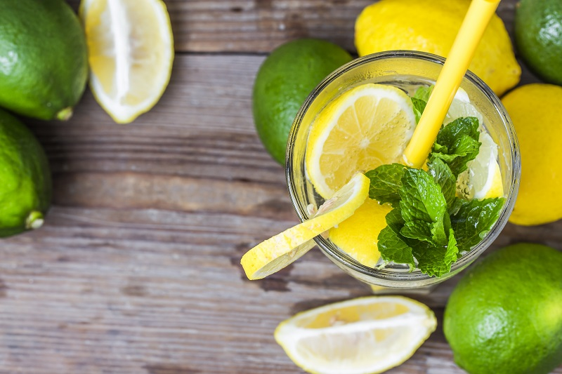 Вода с лимоном или лаймом