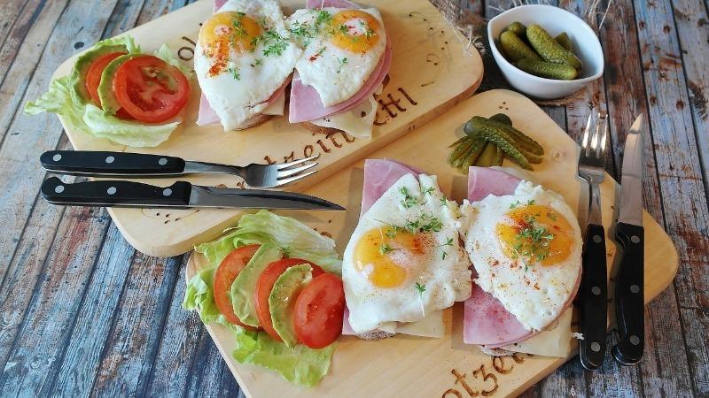 Четыре бутерброда с яичницей