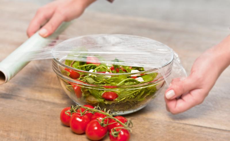 11 нестандартных применений пищевой пленки, которые пригодятся не только в хозяйстве